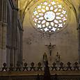 キリスト像とステンドグラス